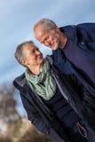 愉快的资深室外夫妇的老年人一起 免版税库存照片
