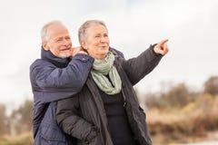 愉快的资深室外夫妇的老年人一起 免版税库存图片