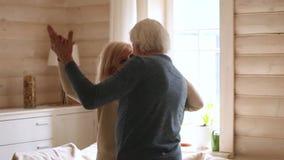 愉快的资深浪漫夫妇跳舞在现代房子客厅 股票录像
