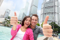 愉快的赞许多文化夫妇在香港 免版税库存图片