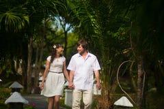 愉快的走在雨林的新娘和新郎 免版税库存照片