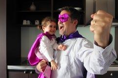 愉快的超级英雄父亲和孩子 免版税库存照片
