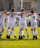 愉快的足球运动员 赢得足球比赛的愉快的男孩 一起跳舞年轻成功的足球的足球运动员 库存照片
