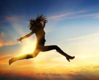 愉快的跳的妇女 免版税图库摄影