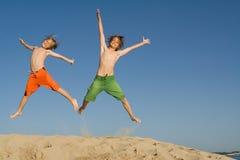 愉快的跳的孩子 免版税库存图片