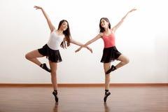 愉快的跳芭蕾舞者在演播室 免版税库存图片