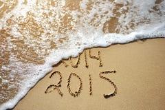 愉快的近的年概念2015替换2014年在海海滩 库存图片