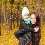 愉快的进来母亲和她逗人喜爱的女儿 图库摄影