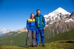 愉快的远足者享用美丽的山 放松夏时 免版税库存图片