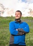 愉快的远足者在美好的山风景放松 免版税库存图片