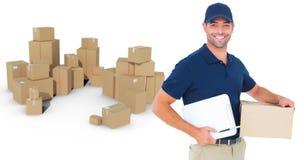 愉快的送货人的综合图象有纸板箱和剪贴板的 免版税库存图片