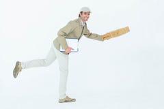 愉快的送货人赛跑,当拿着小包时 免版税图库摄影