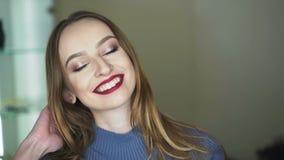 愉快的逗人喜爱的女孩与做微笑对照相机4K 影视素材
