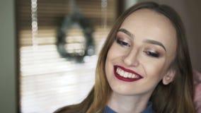 愉快的逗人喜爱的女孩与做微笑对照相机4K 股票视频