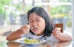 愉快的逗人喜爱的女孩享用吃vegatables沙拉 库存图片