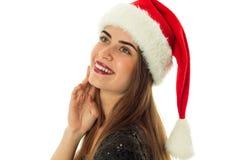 愉快的逗人喜爱的妇女画象圣诞老人帽子的 免版税库存图片