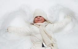 愉快的逗人喜爱的小女孩在冬天公园 免版税库存照片