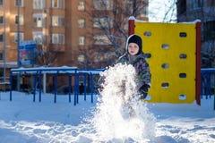 愉快的逗人喜爱的小孩男孩画象以五颜六色的温暖的冬天时尚穿衣 滑稽的孩子获得乐趣在森林或公园冷的da的 免版税库存图片