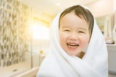 愉快的逗人喜爱的混合的族种中国和白种人男孩在卫生间里 库存图片