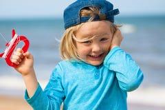 愉快的逗人喜爱的男孩飞行风筝 库存图片