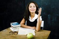 愉快的逗人喜爱的真正的青少年的学生画象在blackbo的教室 库存照片