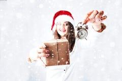 愉快的逗人喜爱的肥胖圣诞老人女孩 在圣诞老人帽子的模型 XXL妇女著名人士 免版税库存照片