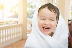 愉快的逗人喜爱的门廊的混合的族种中国和白种人男孩 免版税库存照片
