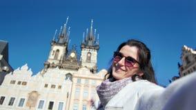 愉快的采取selfie的太阳镜的旅行家微笑的妇女显示令人惊讶的历史宫殿POV射击了 股票视频