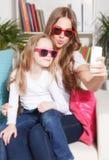 愉快的采取selfie的妇女和孩子 图库摄影
