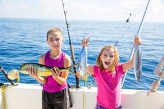 愉快的金枪鱼女渔翁哄骗有鱼捕获的女孩 免版税库存照片