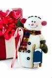 愉快的雪人使用礼物雪撬和棒棒糖 免版税库存图片
