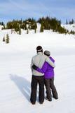 愉快的雪板运动夫妇 免版税库存图片