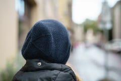 愉快的青少年的女孩画象从后面在秋天喜欢移动在城市射击的 免版税图库摄影