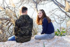 愉快的青少年的年龄夫妇获得乐趣在公园 库存照片