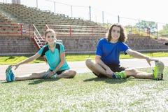 愉快的青少年的做的训练锻炼和体育 免版税库存图片