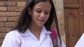 愉快的青少年的女学生读书 库存图片