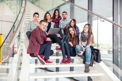 愉快的青少年的女孩和男孩台阶的学校或学院 免版税图库摄影