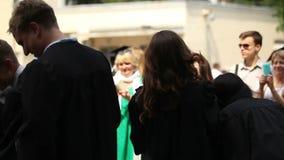 愉快的青年人投掷的学术盖帽,庆祝毕业,教育 股票视频