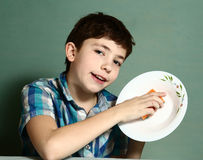 愉快的青春期前的男孩洗涤盘关闭画象 库存图片