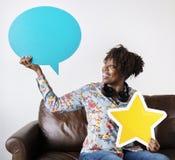 愉快的非裔美国人的举行的拷贝空间讲话泡影和星签字 免版税库存照片