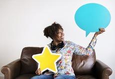 愉快的非裔美国人的举行的copyspace讲话泡影和星签字 图库摄影