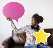 愉快的非裔美国人的举行的copyspace讲话泡影和星签字 库存照片