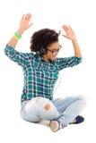 愉快的非裔美国人的十几岁的女孩坐的和听的音乐 免版税库存图片