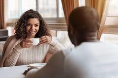 愉快的非裔美国人的在咖啡馆的夫妇饮用的茶 免版税库存图片