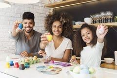 愉快的非裔美国人的家庭着色鸡蛋 免版税库存图片