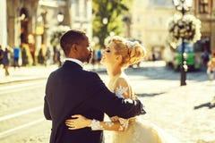 愉快的非裔美国人的新郎和逗人喜爱的新娘跳舞在街道上 免版税库存图片