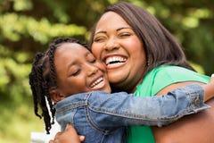 愉快的非裔美国人的母亲和女儿 免版税图库摄影