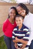 愉快的非裔美国人的母亲和她的孩子 免版税库存照片