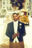 愉快的非裔美国人的走在街道上的新郎和逗人喜爱的新娘 库存照片