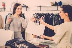 愉快的顾客在时尚陈列室里 免版税库存照片